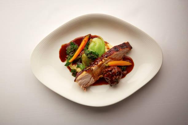 썰어 구운 돼지고기의 미식가 접시의 오버 헤드 샷 - 누벨퀴진 뉴스 사진 이미지