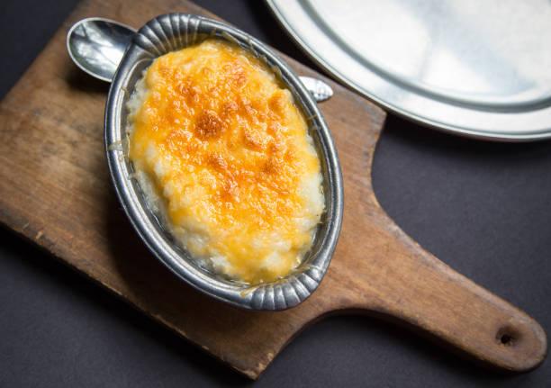 foto aérea de uma pequena tigela de estanho cheios de grãos de queijo assado. - rolão - fotografias e filmes do acervo