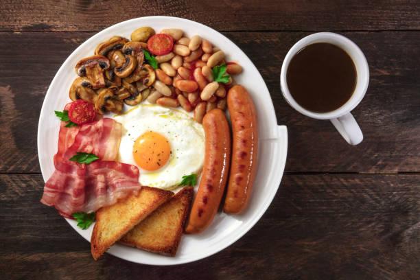 overhead schuss von englisches frühstück mit kaffee und exemplar - gefüllte eier stock-fotos und bilder