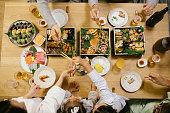 元旦のディナーテーブルのオーバーヘッドショット