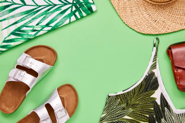 최고 샌들 태양 모자와 가죽 지갑의 오버 헤드 샷 - 샌들 뉴스 사진 이미지