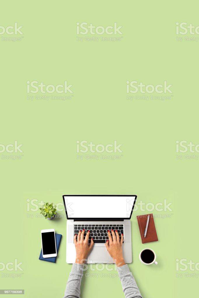 Obenliegende Aufnahme Frau am Laptop arbeiten. – Foto