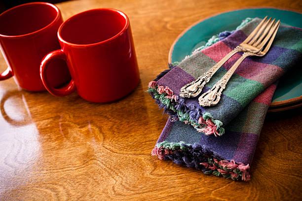 """blickwinkel kaffee set für zwei personen mit roten café """"mugs"""" - dinge die zusammenpassen stock-fotos und bilder"""