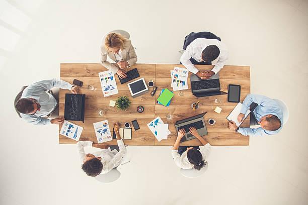 sopra vista della riunione di lavoro - business meeting, table view from above foto e immagini stock