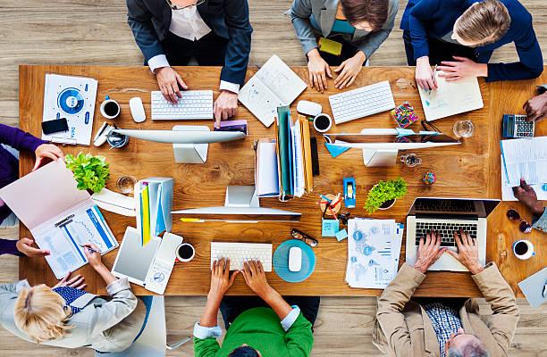 vista dall'alto di colleghi di lavoro in una tabella - business meeting, table view from above foto e immagini stock