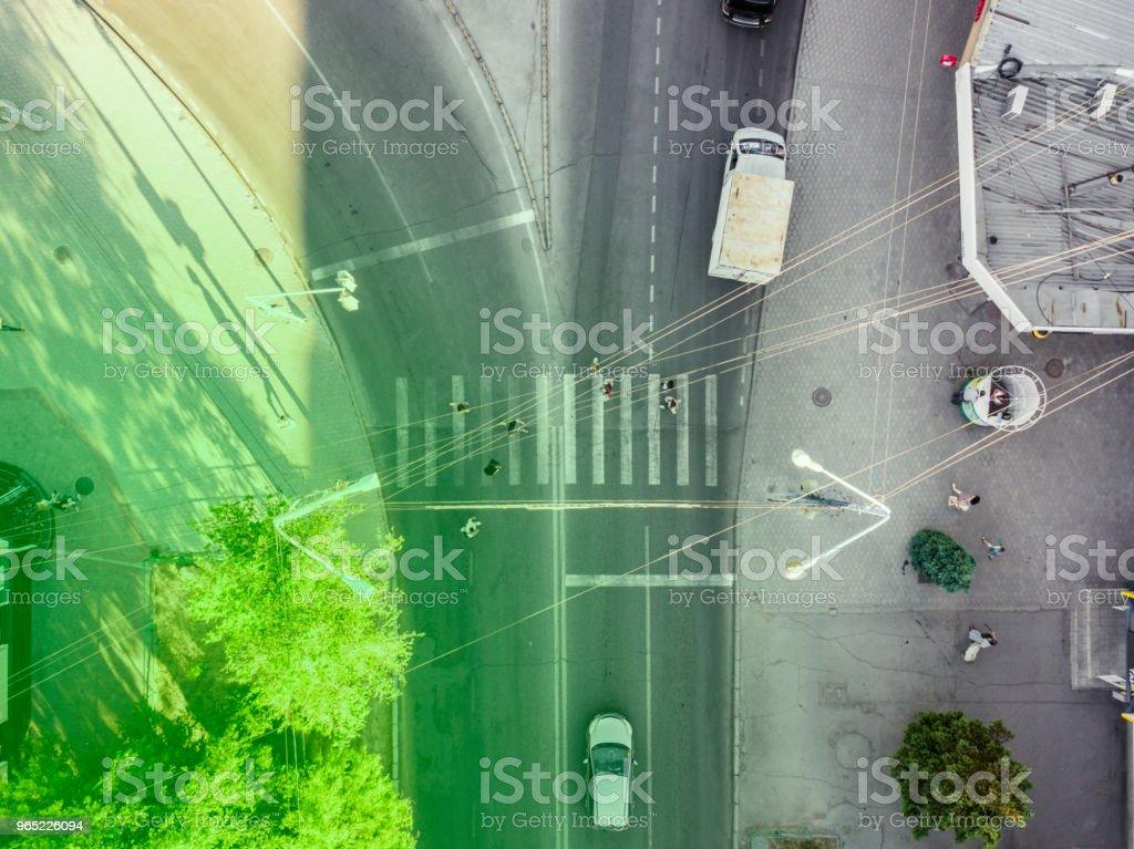 overhead view of crosswalk in the urban city with people zbiór zdjęć royalty-free