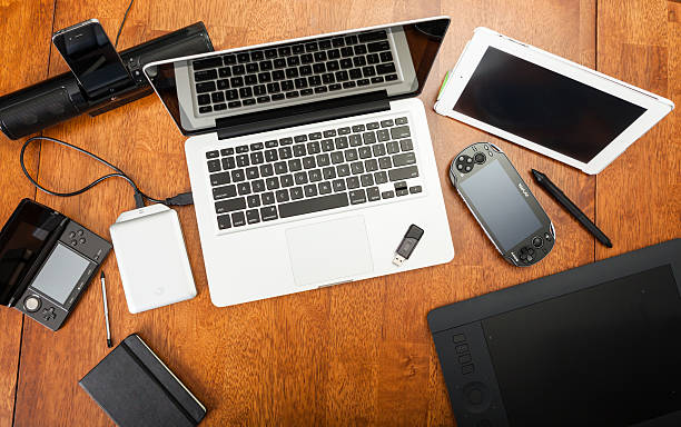 Blickwinkel der elektronischen Geräte auf einem Schreibtisch  – Foto