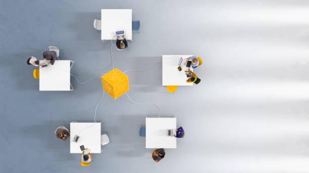 Overhead-Ansicht von fünf Arbeitsstationen – Foto