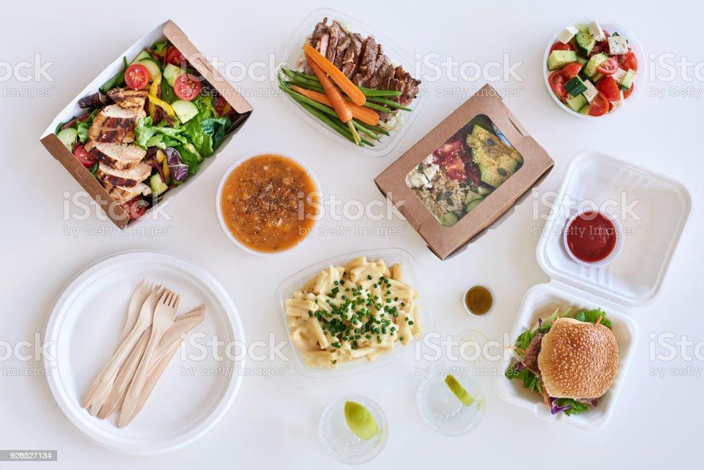 Draufsicht auf Gourmet-Speisen zum mitnehmen auf weißem Hintergrund – Foto