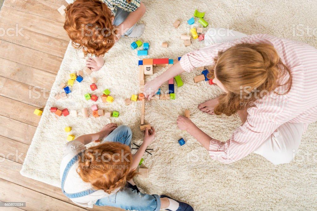 어머니와 아이 장난감, 집에서 가족 재미와 함께 재생 개념의 오버 헤드 보기 royalty-free 스톡 사진