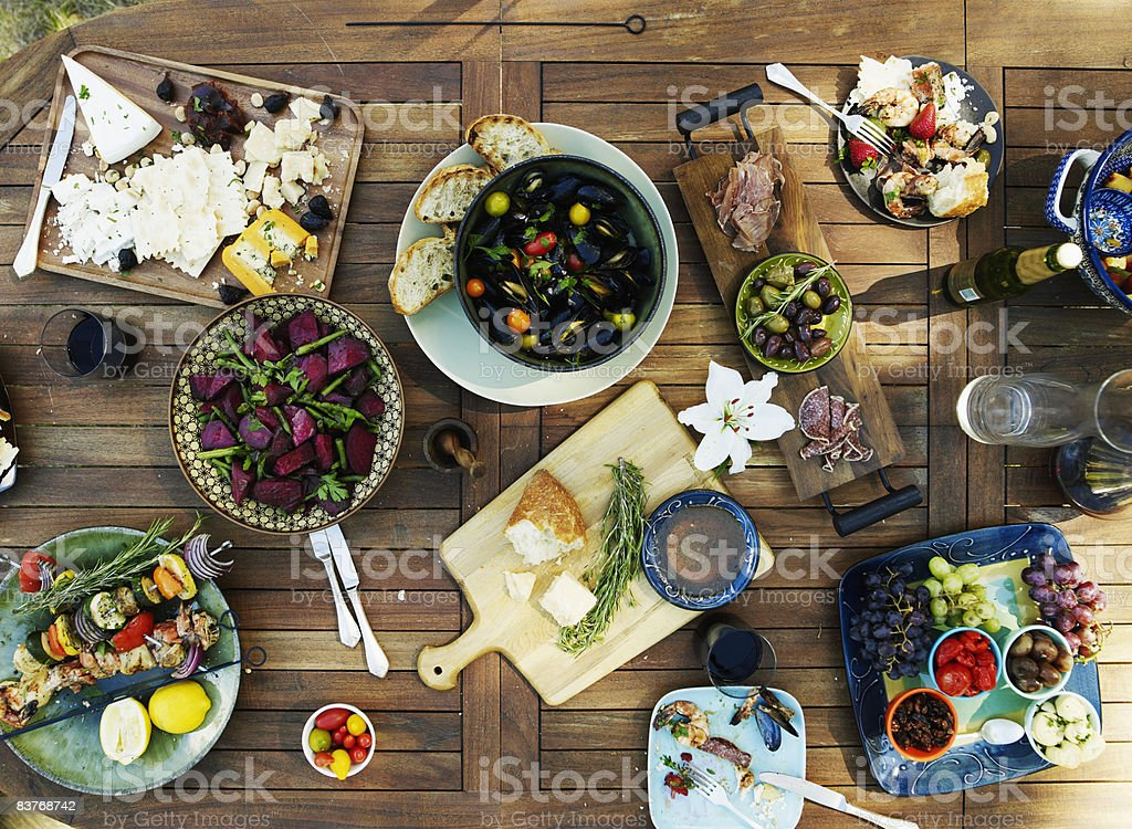 Overhead view of outdoor dining table with selecti photo libre de droits