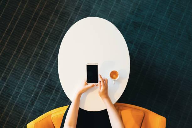 Draufsicht der Person, die mit einem Handy – Foto