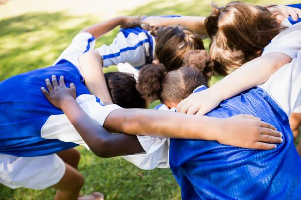 vue aérienne de football formant huddle - se regrouper photos et images de collection