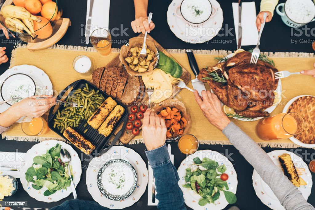 Overhead view of table during Christmas dinner - Foto stock royalty-free di Accogliente