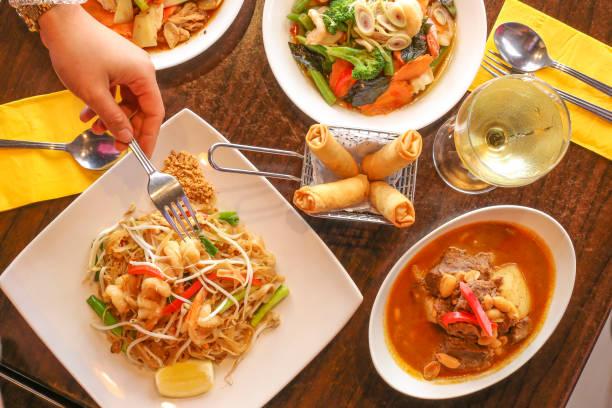 在棕色桌面上的泰國食物的頭頂視圖 - 泰國菜 個照片及圖片檔