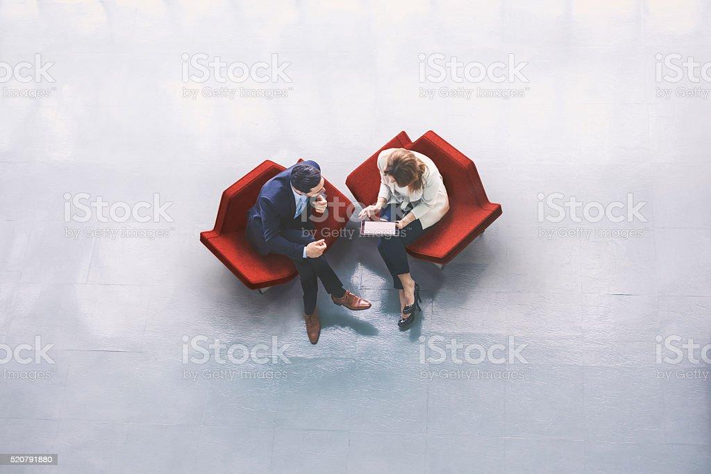 Blick von oben auf zwei Geschäftsleute in der Empfangshalle - Lizenzfrei Ansicht von oben Stock-Foto