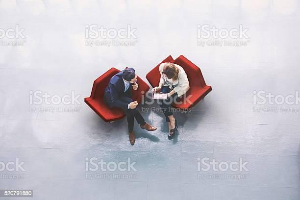 Blick Von Oben Auf Zwei Geschäftsleute In Der Empfangshalle Stockfoto und mehr Bilder von Ansicht von oben