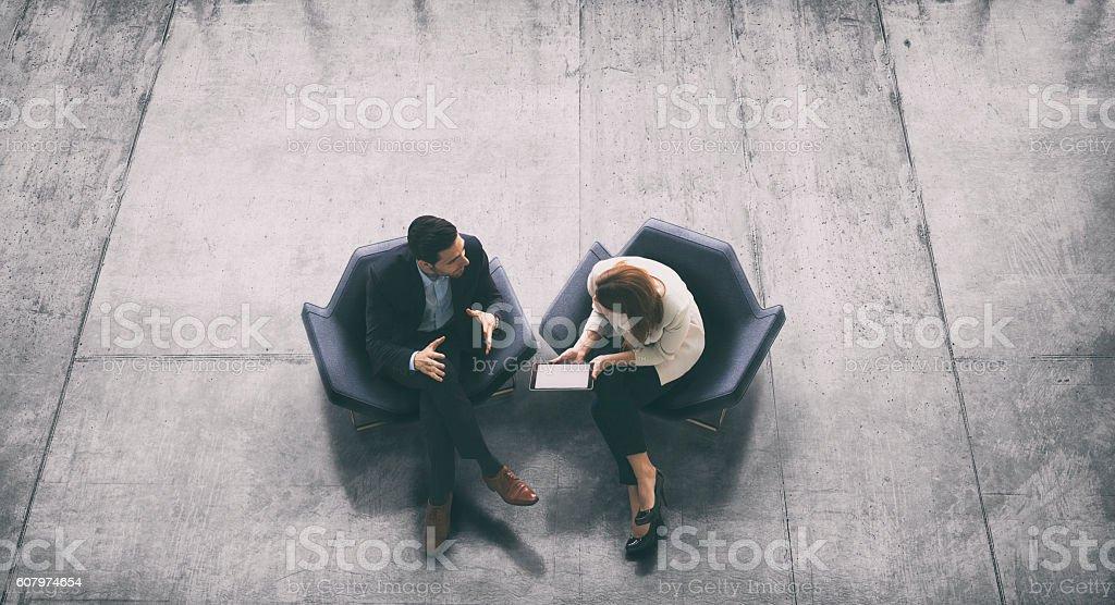 Sopra vista di due business persone nella hall - foto stock