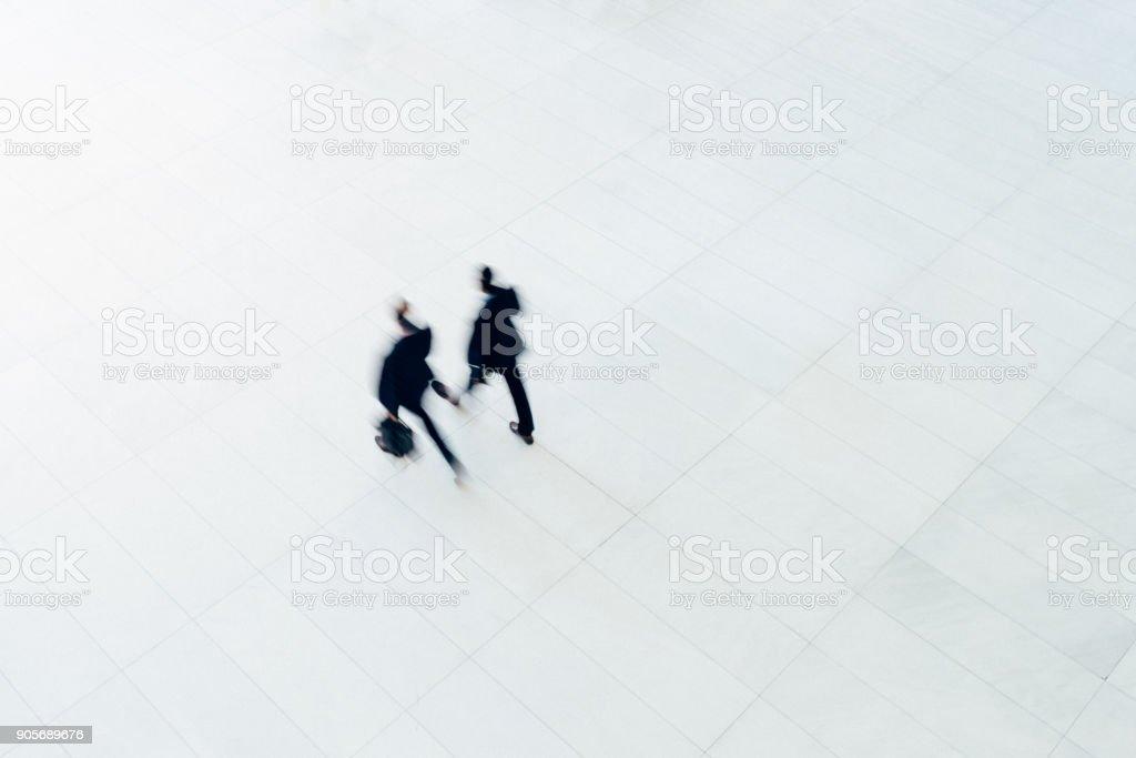 Draufsicht auf zwei Geschäftsmann zu Fuß – Foto
