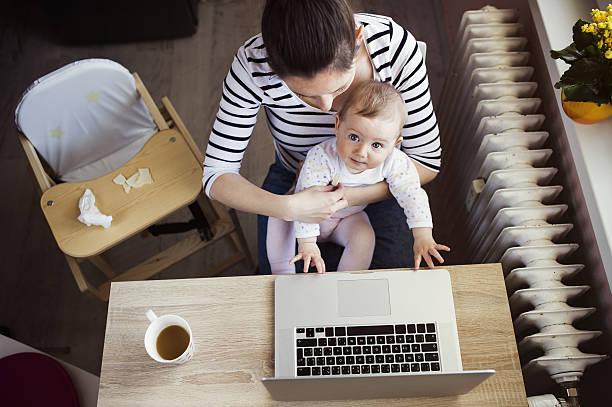junge mutter, die arbeit von zu hause - schwanger werden rechner stock-fotos und bilder