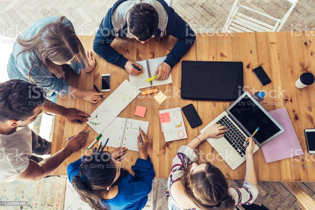 在辦公桌周圍的商務人員的頭頂視圖 - 免版稅25歲到29歲圖庫照片