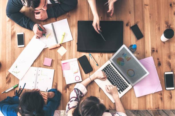 Blick auf Geschäftsleute rund um den Schreibtisch – Foto