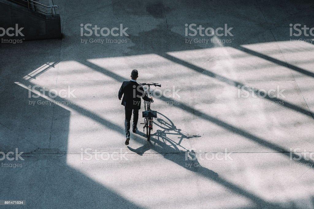 Draufsicht auf Geschäftsmann mit Fahrrad – Foto