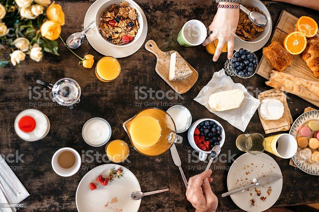Vue aérienne sur petit-déjeuner français les macarons et baguette avec table - Photo