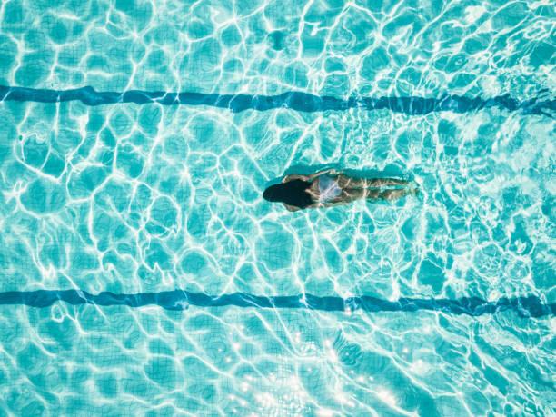 vista aérea en idiving chica en la piscina - natación fotografías e imágenes de stock