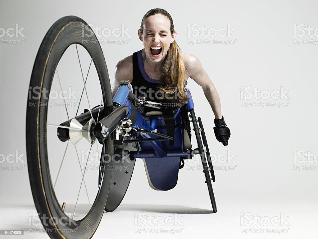 Overjoyed mujer atleta para silla de ruedas - foto de stock