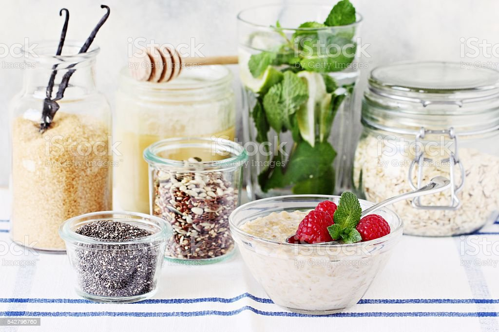 Overnight oats with raspberry and various superfoods toppings. - foto de stock