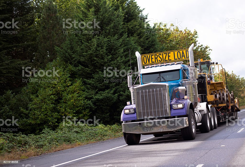 Oversize load rig semi truck with step down flat bed - foto stock
