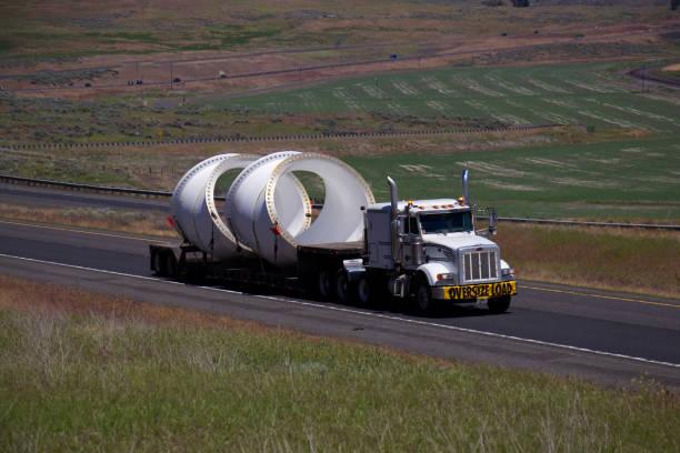 oversize load semi-vrachtwagen - te groot stockfoto's en -beelden