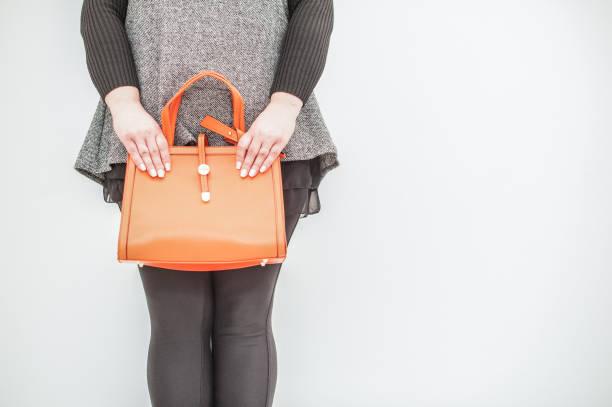 übergroße mode-modell hält attraktive handtasche - damen leggings übergrößen stock-fotos und bilder