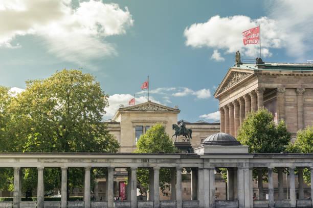 Überblick über die Museumsinsel, das Neue Museum und die Alte Nationalgalerie mit der Reiterstatue Friedrich Wilhelms IV. im Zentrum – Foto