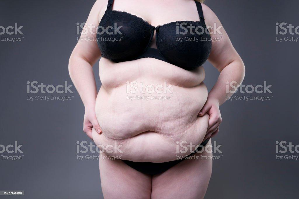 Teen, der sich auf dem Bett ausbreitet nackte große, fette Frauen