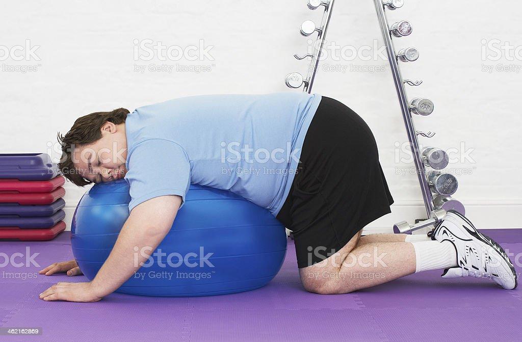 Gordo hombre durmiendo en pelota de ejercicio foto de stock libre de derechos