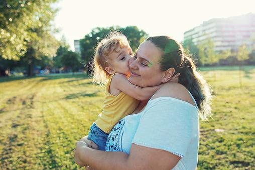 중량이 초과 된 어머니와 공원에서 그녀의 아들 2-3 살에 대한 스톡 사진 및 기타 이미지