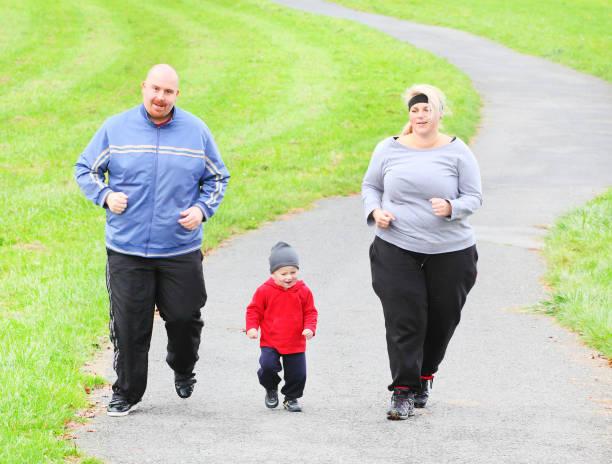 Übergewichtigen Eltern mit ihrem Sohn zusammen laufen. – Foto