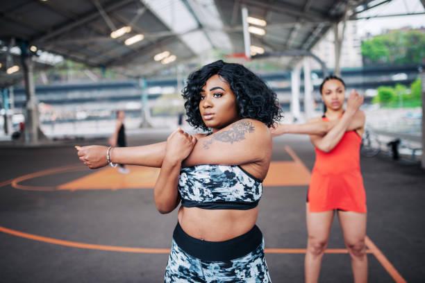 mulher com excesso de peso, exercitar-se com amigos - body positive - fotografias e filmes do acervo