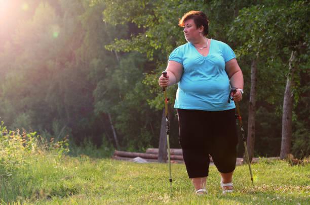 Übergewichtige Frau zu Fuß auf Waldweg. Schlankheits- und aktiven Lifestyle-Thema. – Foto
