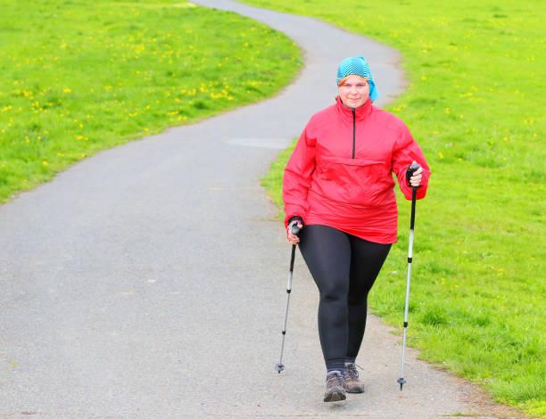 Übergewichtige Frau zu Fuß auf Wiesenweg. – Foto