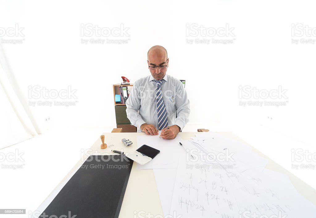 Overwhelmed bald bureaucrat signing legal documents – Foto