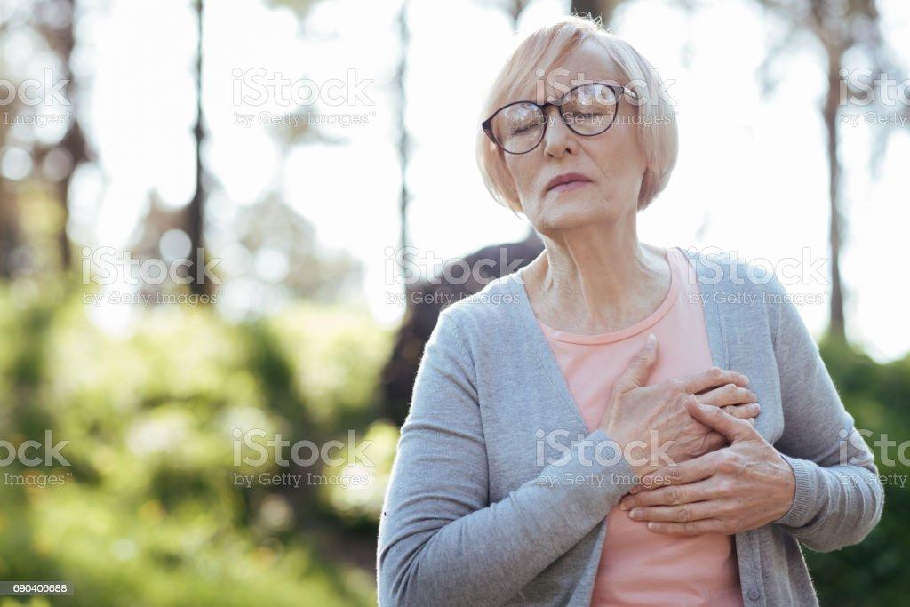 Pensionista abrumado con ataque al corazón al aire libre - foto de stock