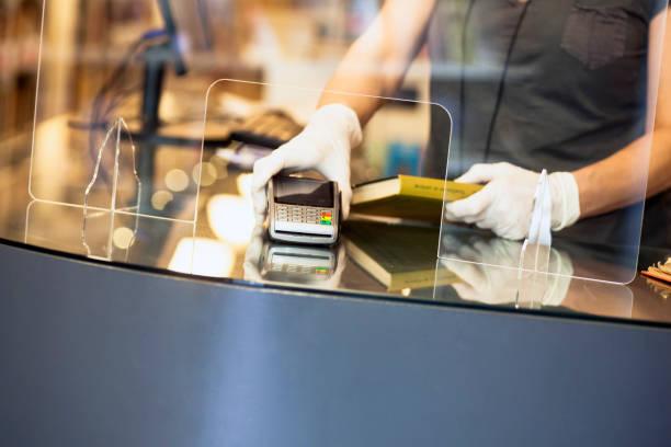 Inhaber in der Buchhandlung während covid – Foto