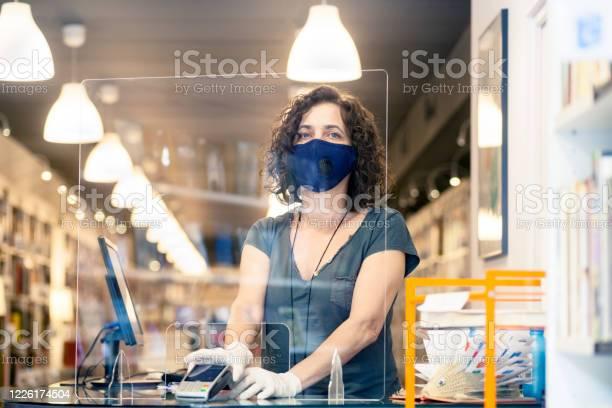 Eigenaar In De Boekhandel Tijdens Covid Stockfoto en meer beelden van Aankoop met creditcard