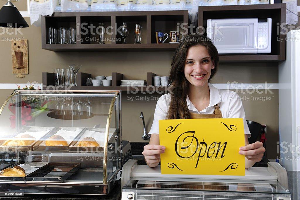 Dueño de una cafetería mostrar señal de abierto - foto de stock