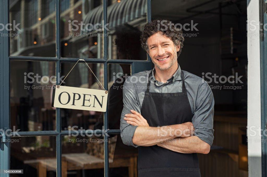 Ägaren står utanför restaurang bildbanksfoto