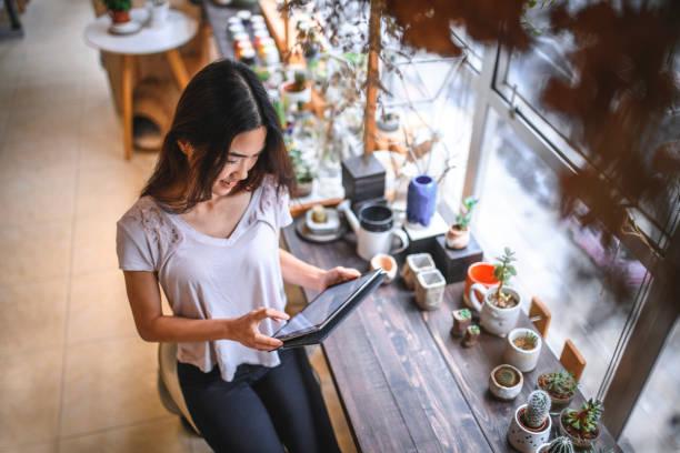 Besitzer mit digitalem Tablet im Laden – Foto