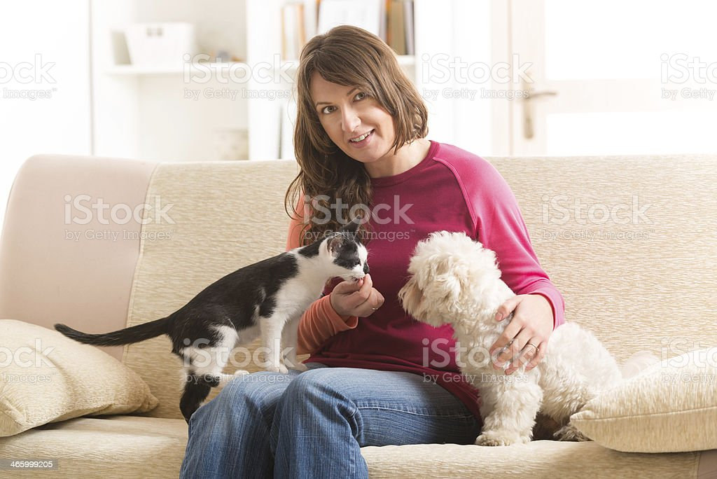 Propietario con gatos y perros - foto de stock